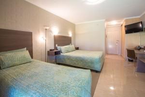 Euston Club Motel Deluxe Room 11
